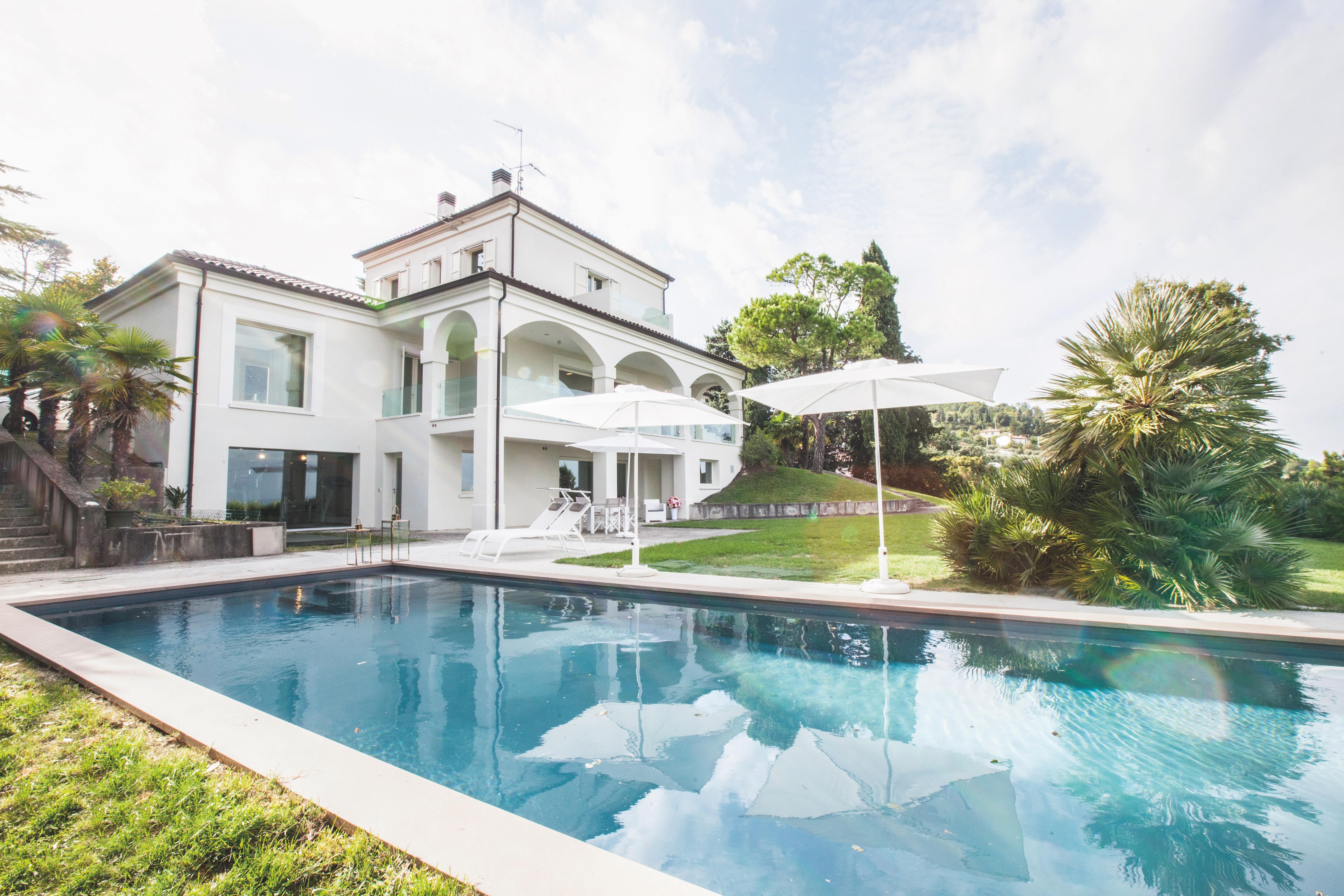 Giardino con piscina di una villa a Bertinoro